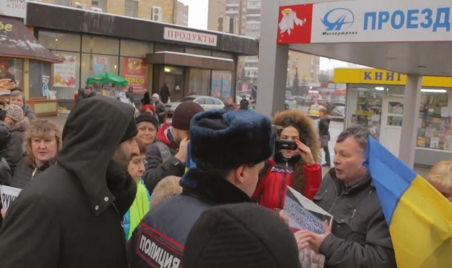 антимайдановец поддерживает полицейского