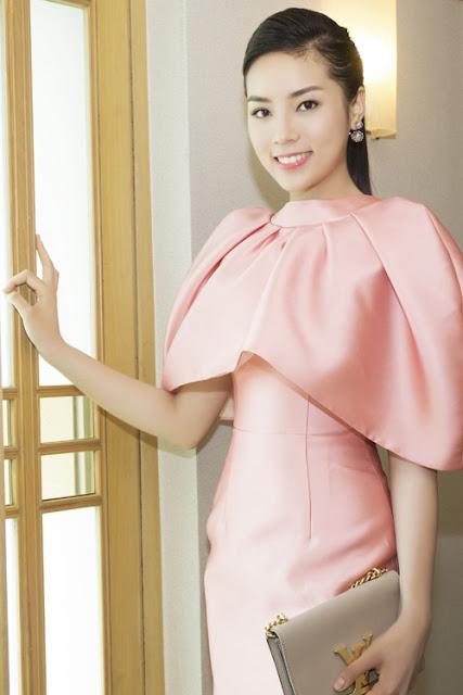 Cô phối trang phục cùng túi LV và hoa tai lấp lánh.
