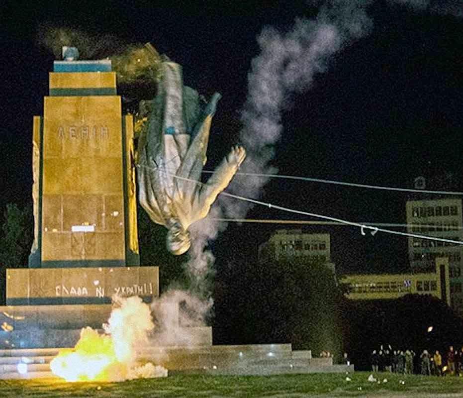 Lenine de ponta cabeça em Kharkiv, fronteira com a Rússia.