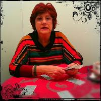 María Luisa Martín Vargas, echando las cartas del Tarot