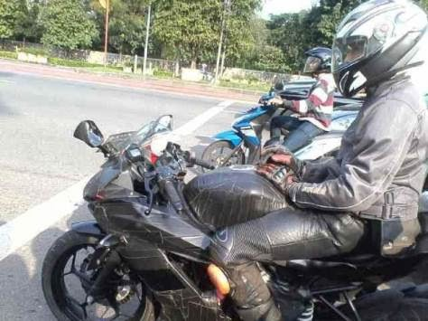 Kawasaki NInja 250RR single silinder meskipun di lakban udah cakep,riding style terlihat racy abis . . .