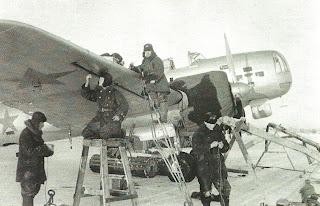 Механики готовят самолет ДБ 3