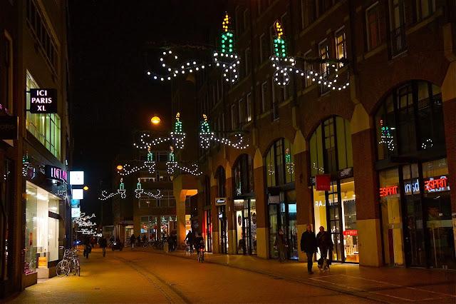 Afbeelding van kerstverlichting in het centrum van Groningen.
