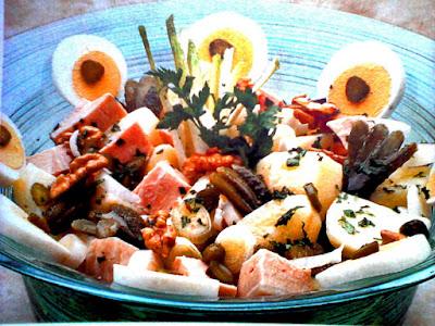 Plato de ensalada (aceitunas, papas, asado de ternera,huevo, manzana)