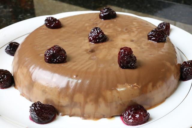 Tarta de chocolate con cerezas en su almíbar