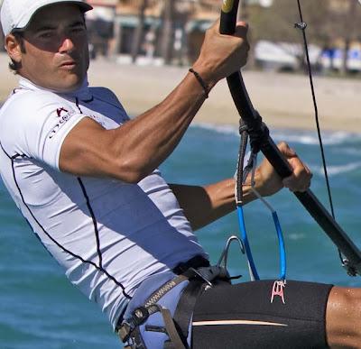Iván Pastor, de 32 anos, dedica a vida ao windsurf. O espanhol já participou de duas Olimpíadas. Em Atenas (2004), ficou na 12ª posição e, em Pequim (2008), na 9ª (Foto: Ezra Shaw/Getty Images)
