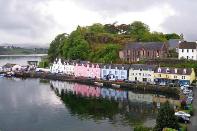 Vistas del Puerto de Portree en la Isla de Skye