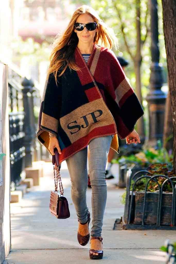 Sarah Jessica Parker con poncho manta de Burberry