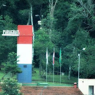 Marcos das Três Fonteiras: marco paraguaio que indica a fronteira do Paraguai, com a Argentina e o Brasil. Monumento nas cores vermelha, branca e azul.