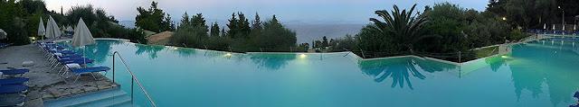 Veliki bazen na brdu sa pogledom na more