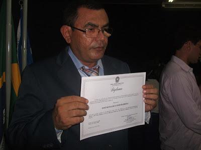 Prefeito Ronaldo Barbosa sendo diplomado em Elesbão Veloso