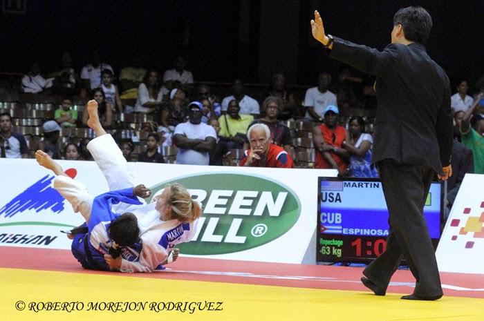Maricet Espinosa (kimono azul), de Cuba derrota a Martin, Hannah, de Estados Unidos, en la respeca de los 63 kilogramos, del Grand Prix de Judo de La Habana, con sede en el Coliseo de la Ciudad Deportiva, el 7 de junio de 2014.