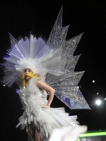 Леди Гага в движущемся платье