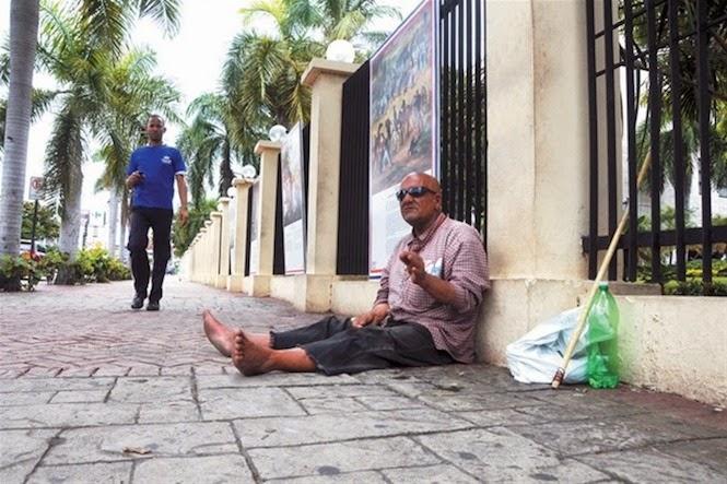 Ya pocos lo recuerdan, pero Joseph Rosario, aquel joven abandonado en República Dominicana desde 1986, porque las autoridades holandesas entendieron que debía ser dominicano, por el apellido y el físico, no de esa nacionalidad, ya que no contaba con documentos que probaran lo contrario, desfallece arrimado a una pared del Ministerio de Educación.
