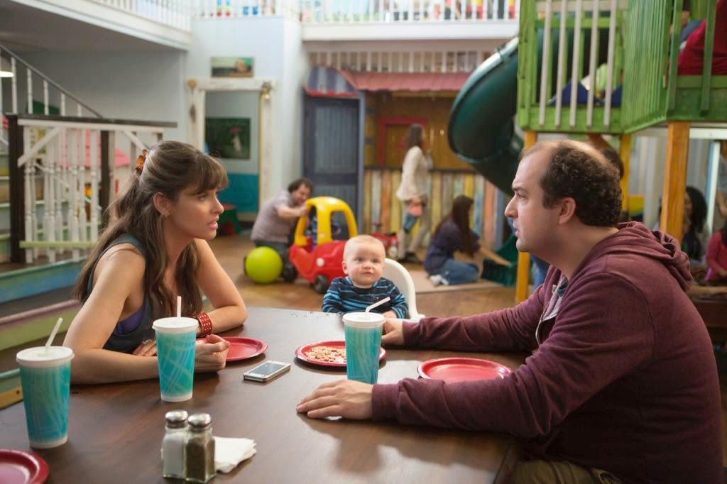 Tina y Alex en un parque de ocio infantil hablando de sus problemas