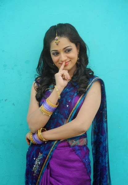 Indian Hot Bhabhi In Purple Saree she is looking so hot . she is in ...