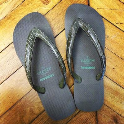 Valentino e sandálias Havaianas masculinas