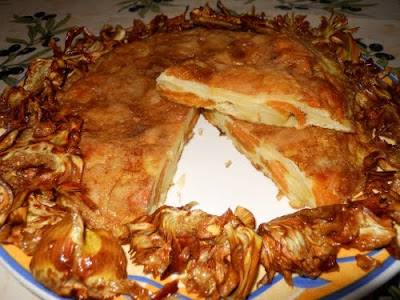 Tortilla de boniato y patata con alcachofas fritas.