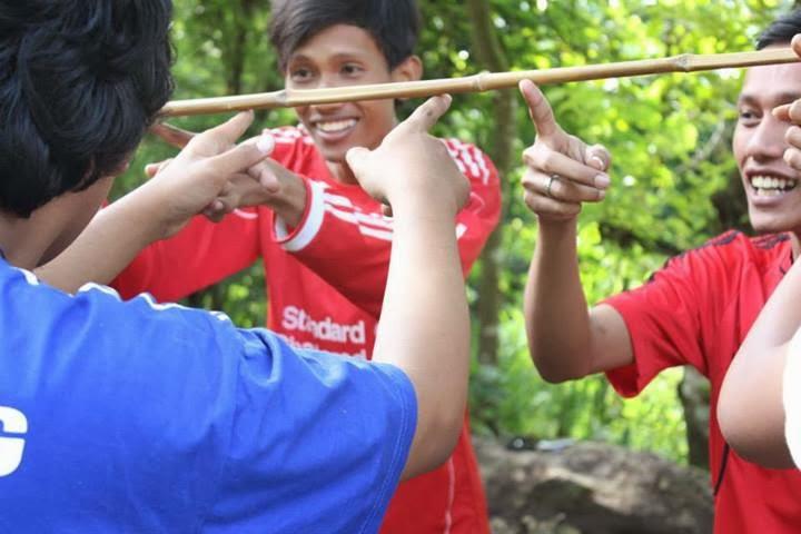 Menyeimbangkan sebuah bambu.