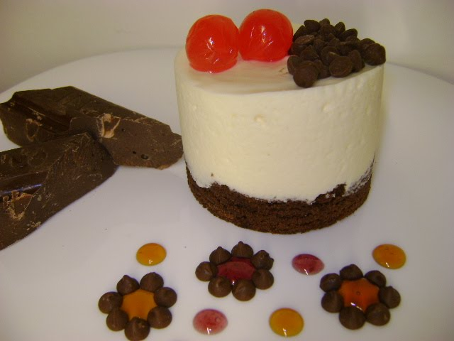 BROWNIE HUMEDO CON MOUSSE DE CHOCOLATE BLANCO