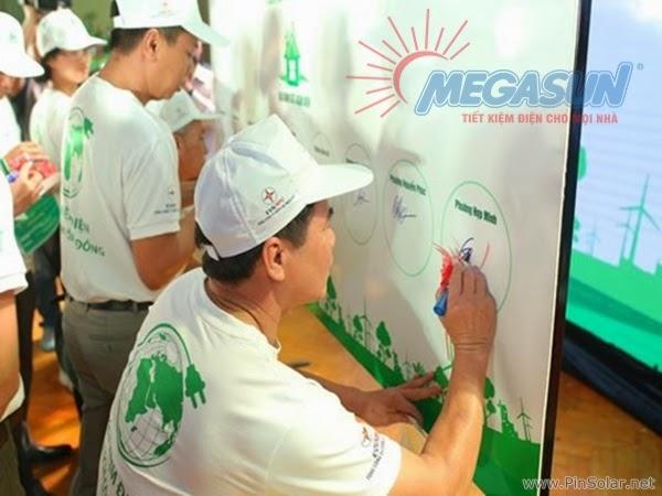 Đại diện các hộ gia đình ký cam kết tham gia chương trình tiết kiệm điện