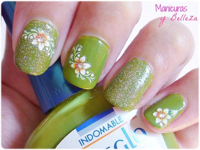 Nail art Manicura verde con pegatinas stickers Indomable Masglo Usalo Ya Uñas del Zodiaco
