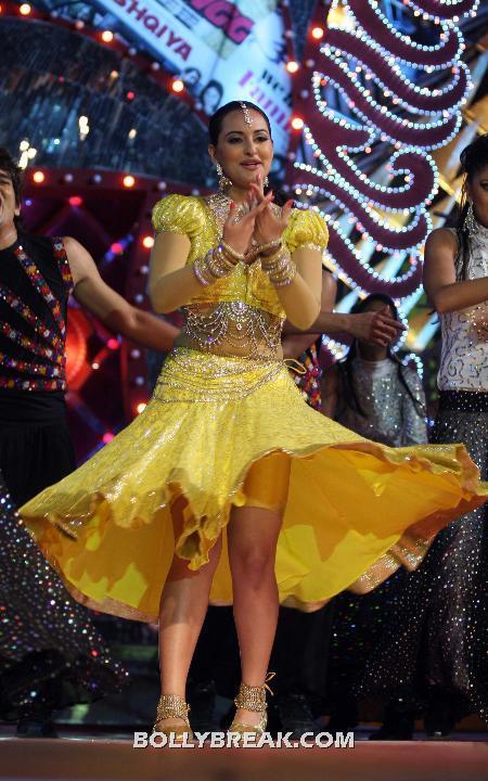 Sonakshi Sinha Wardrobe Malfunction - Upskirt Thigh Show - Sonakshi Sinha Thighs , Legs Pics