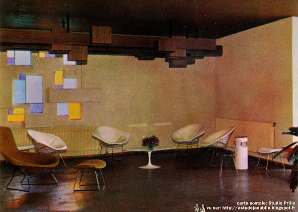 "Fauteuils ""Diamant"", ""Haut Diamant"" '(ou ""Bird"") et repose pieds  Designer: Harry Bertoia - Editeur: Knoll  Table basse ""Tulipe""  Designer: Eero Saarinen - Editeur: Knoll"