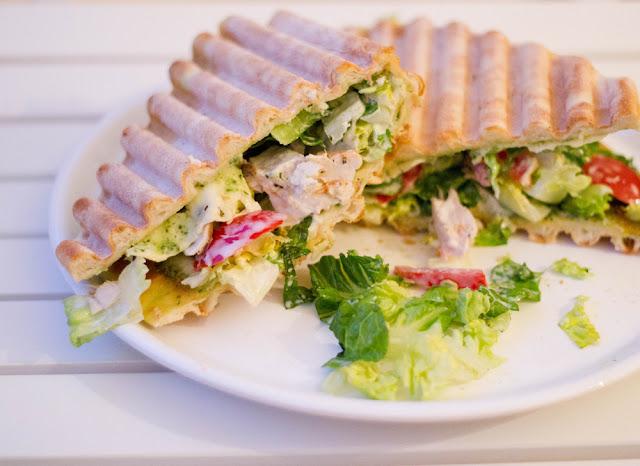frische Sandwiches mit Pizzaboden, reich belegt mit Salat, Hühnchen, Tomaten und Sauce