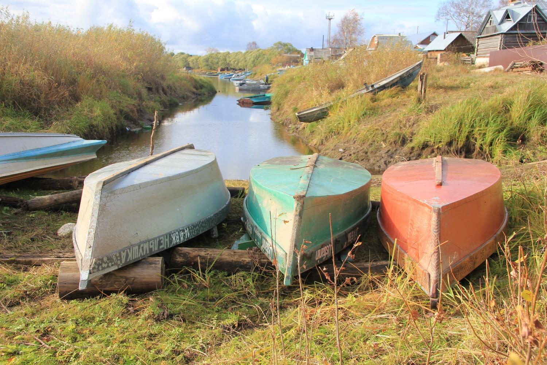 Самодельные лодки на берегу