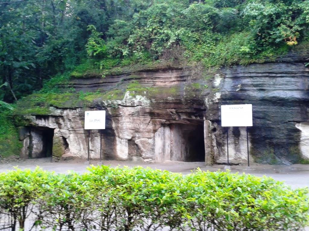 Goa Jepang terlihat dari kejauhan