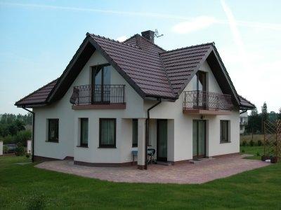 Szara elewacja brązowy dach