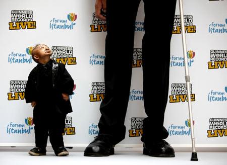 Foto-foto orang paling tinggi dan paling pendek di Dunia.
