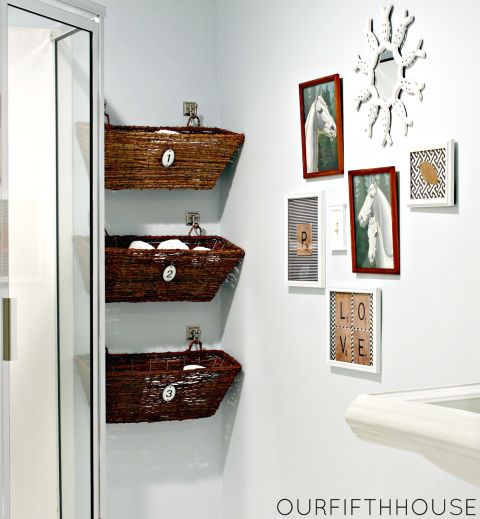 utilizzate cesti uniformi appesi sfruttando lo spazio in verticale doneranno al vostro bagno un aspetto elegante ed ordinato e nasconderanno le cose che