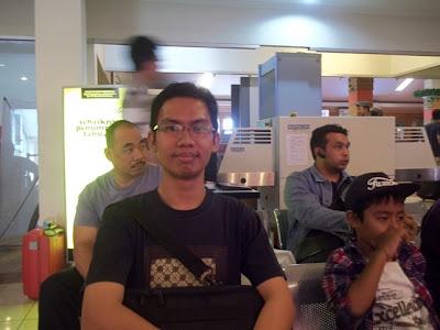 Menunggu masuk pesawat di Bandara Husein Sastranegara, Bandung