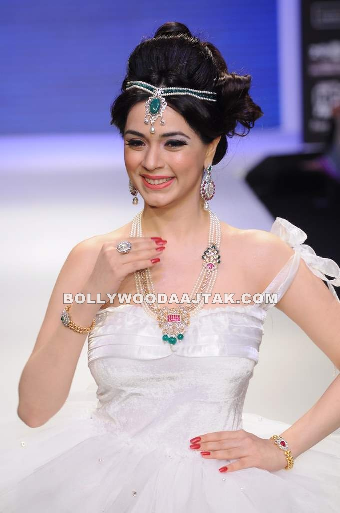 Hot Nargis Bagri Ramp Walk for Eekani