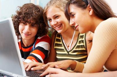 cursos de inglês gratuitos pela internet, estudantes na internet, cursos pela internet