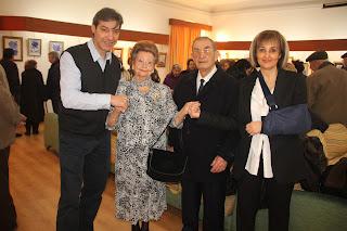 En la imagen, Isabel Rozas aparece con su marido, Gregorio Parra, el presidente del Casino Obrero, Francisco Arias y la vocal de la junta directiva, María de los Angeles Sánchez.