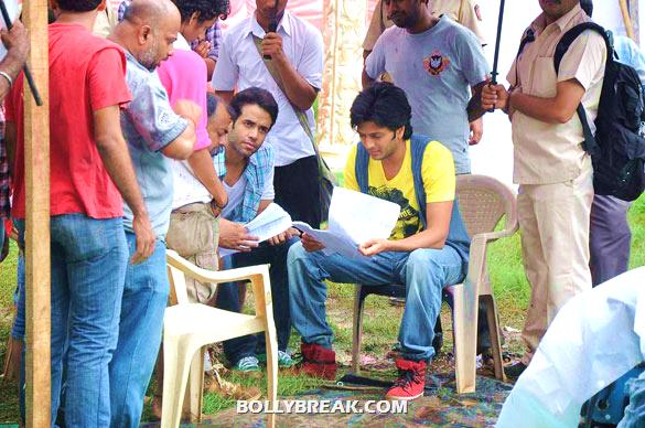 Tusshar Kapoor, Riteish Deshmukh - (11) - Riteish & Tusshar on the sets of 'Pavitra Rishta'