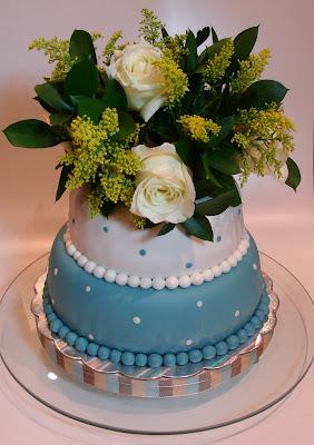 Torta decorada con flores naturales