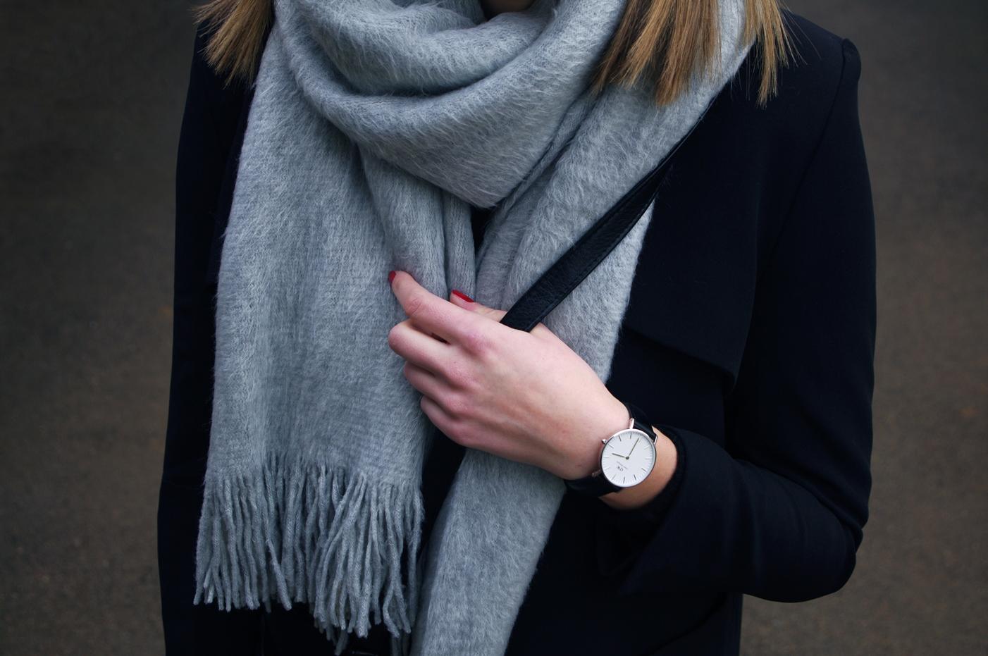 grey scarf outfit, daniel wellington black watch, blogger