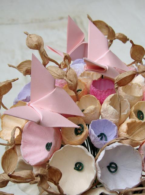 bouquet fatto a mano con fiori di carta tinte pastello