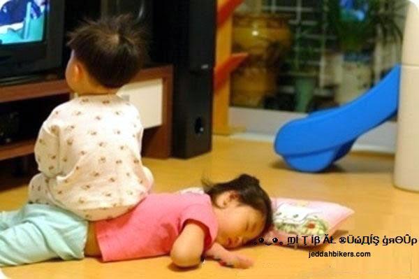 Photo bébé drôle regarde la télé