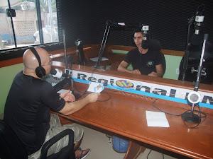Joabe Reis entrevistando o cantor gospel Alex Gonzaga na rádio Regional FM Uruará