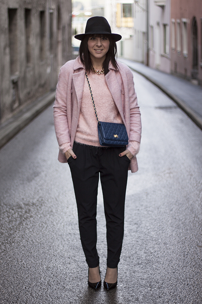 outfit-fashionblogger-who-is-mocca-trend-hut-kombinieren-rosa-mantel-zara-pastell-rosa-fluffy-pullover-forever21-hose-takko-pumps-buffalo-sarenza-tasche-popkors-gesteppt