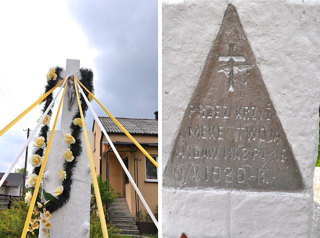 Rogów, ul. Gwardii Ludowej. Kamienny krzyż na postumencie w kształcie ściętego drzewa z 1930 roku. Foto. KW.