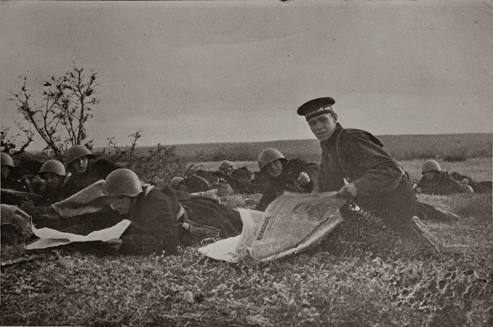 Морские пехотинцы Черноморского флота читают газеты