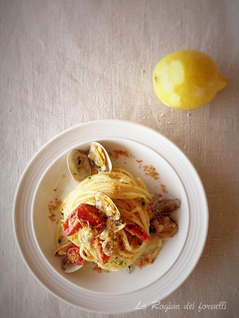 spaghetti vongole, pane e pomodorini