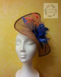 tocado grande con flor, velo y plumas en colores bronce, azul y naranja