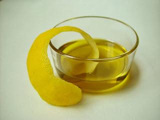 Mengekstrak Minyak Buah Lemon